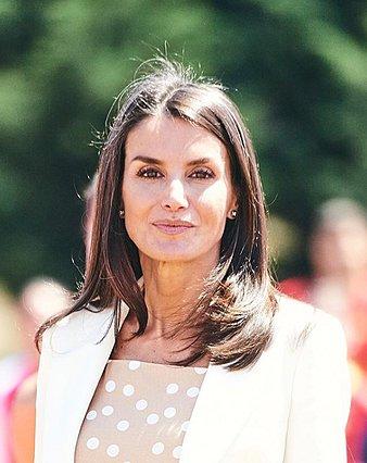 Η βασίλισσα Letizia μας δείχνει πώς να φοράμε το κοστούμι το καλοκαίρι