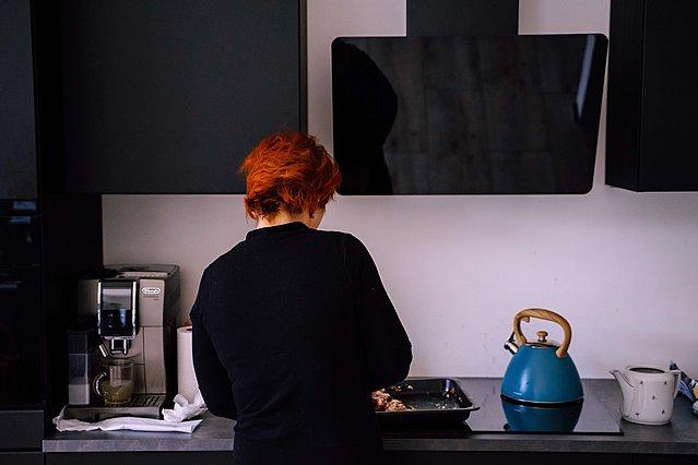 Ξέχασα να βάλω το μαγειρεμένο φαγητό στο ψυγείο. Εάν το ξαναζεστάνω θα είναι ασφαλές;
