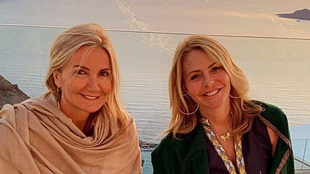 Μαρέβα Μητσοτάκη και Τζένη Μπαλατσινού με φόντο το ηλιοβασίλεμα της Σαντορίνης - Το απίθανο στυλ τους
