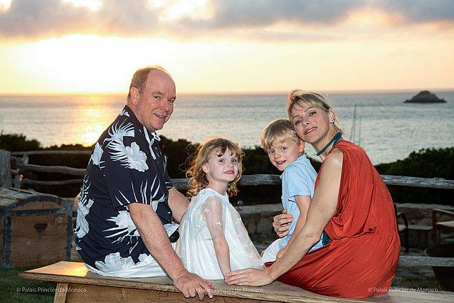 Μονακό: Ο πρίγκιπας Αλβέρτος με τη Charlene  και τα πριγκιπόπουλα βάφουν τα αβγά τους