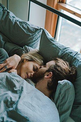 Θέλεις να κοιμάσαι καλύτερα; Βρες έναν σύντροφο!
