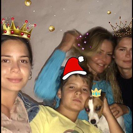 <p>Η Τζένη Μπαλατσινού ανάμεσα στα παιδιά της την περσμένη Πρωτοχρονιά</p>