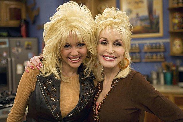<p>H νονά, Dolly Parton, και η βαφτισιμιά, Miley Cyrus, φαίνεται ότι μοιράζονται τις ίδιες απόψεις περί μητρότητας</p>