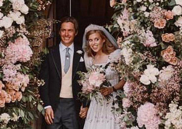 Η πριγκίπισσα Beatrice παντρεύτηκε με το φόρεμα και την τιάρα της βασίλισσας - Οι πρώτες φωτογραφίες