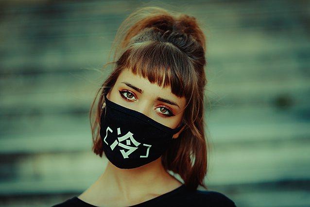 Πώς να προστατεύσεις το δέρμα σου από την ακμή και τους ερεθισμούς που προκαλούνται από τη μάσκα