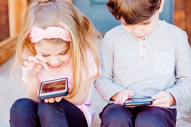 6 τρόποι να προστατεύσεις τα μάτια των παιδιών σου από την οθόνη του υπολογιστή και τα κινητά