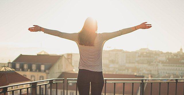 Δεν έχεις τέντα στο μπαλκόνι σου; 5 εναλλακτικές που θα σε σώσουν