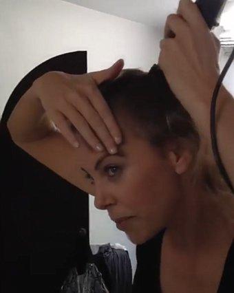 Η Charlize Theron ξυρίζει το κεφάλι της on camera