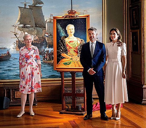 <p>Η πριγκίπισσα Μαίρη με τον σύζυγό της και διάδοχο του θρόνου ποζάρουν πλάι στο πορτρέτο της πεθεράς της, βασίλισσας της Δανίας και, φυσικά, την ίδια.</p>