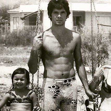 Αναγνωρίζεις ποιος διάσημος Έλληνας είναι ο γόης της φωτογραφίας;