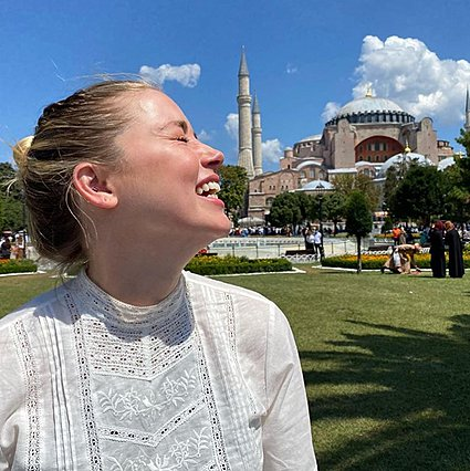 Amber Heard: Η εμφάνιση της σε τζαμί προκάλεσε αντιδράσεις
