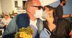 Salma Hayek: Στην Πάρο με τον δισεκατομμυριούχο σύζυγό της -και τις μάσκες τους!