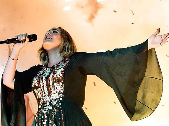 Adele: Παρουσίασε το  Saturday Night Live  και τρόλαρε τη νέα της εμφάνιση