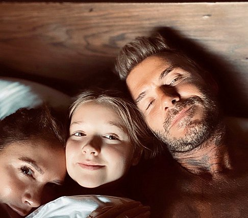 "<p>Μία γλυκύτατη φωτογραφία που μοιράστηκαν πρόσφατα οι Beckham από νυχτερινή ""έφοδο"" που έκανε η κόρη τους, Harper, στο κρεβάτι τους.</p>"