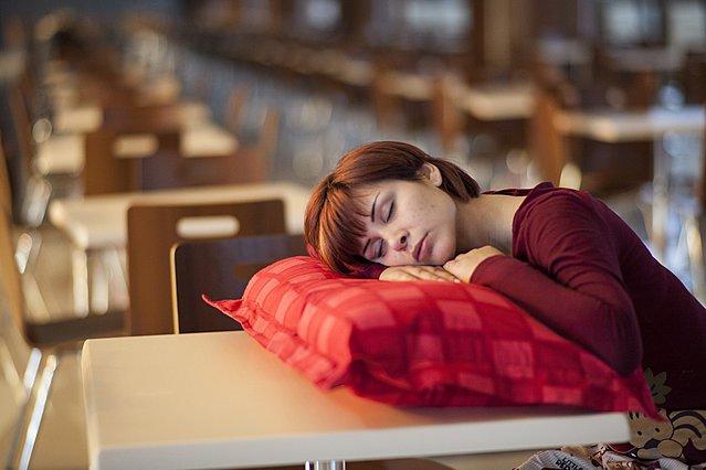 Τι συμβαίνει στο σώμα σου αν κοιμηθείς αμέσως μετά το φαγητό
