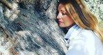 Η Άντζελα Γκερέκου απολαμβάνει τη θάλασσα φορώντας ένα μαύρο μπικίνι