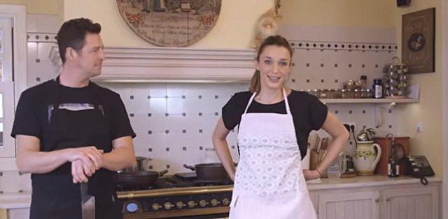Απόστολος Ρουβάς: Δες τον μικρότερο αδελφό του Σάκη να μαγειρεύει μακαρόνια με κιμά με την Κάτια Ζυγούλη [video]
