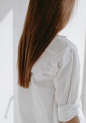 Ο πιο εύκολος τρόπος να ισιώσεις τα μαλλιά σου χωρίς θερμότητα