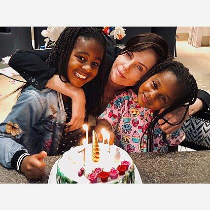 Charlize Theron: Οι σπάνιες φωτογραφίες με τις κόρες της και το μήνυμα που συγκινεί
