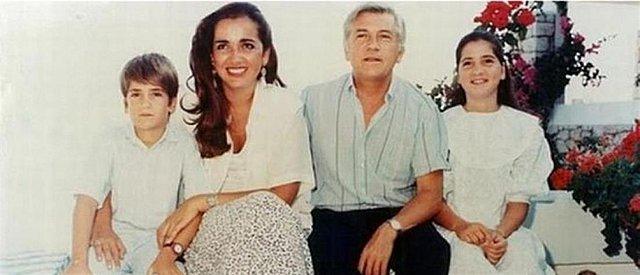 <p>Κώστας, Ντόρα, Παύλος και Αλεξία Μπακογιάννη. Μια οικογενειακή φωτογραφία που έχει μοιραστεί μέσω social media o νυν δήμαρχος Αθηναίων.</p>