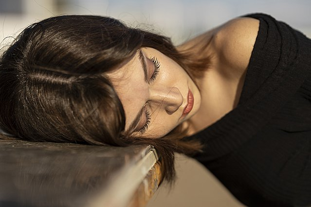 Τι συμβαίνει στο δέρμα του προσώπου σου αν δεν αφαιρέσεις το μακιγιάζ πριν κοιμηθείς