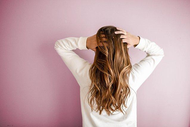 Πέφτουν τα μαλλιά σου; 5 φυσικοί τρόποι να αντιμετωπίσεις την τριχόπτωση αποτελεσματικά