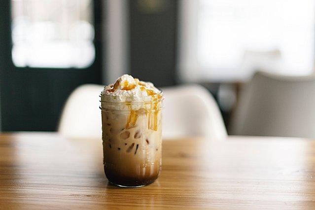 Η συνταγή για σπιτικό caramel frappuccino