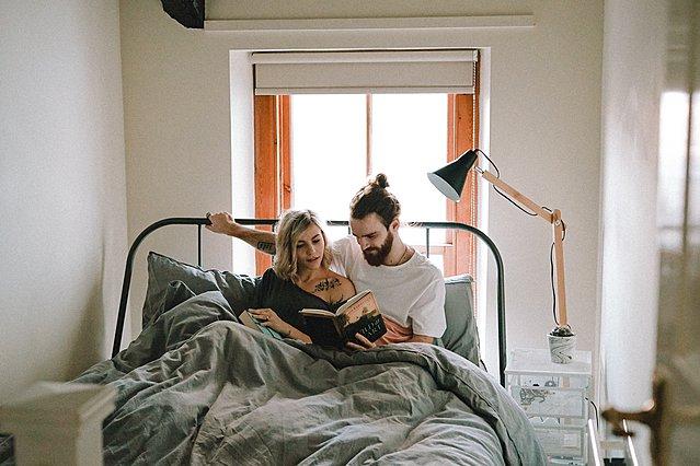 Πώς να προστατέψετε τη σχέση σας εάν είσαστε όλη μέρα μαζί