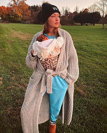 H Gigi Hadid ποζάρει με τη νεογέννητη κόρη της και δείχνει το στολισμένο της σπίτι