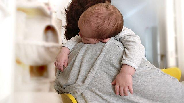 Το παιδί σου δεν κοιμάται; Πώς να διαχειριστείς καλύτερα την... εξουθένωση
