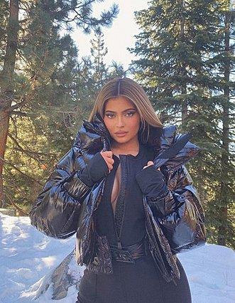Kylie Jenner: Στόλισε το μεγαλύτερο δέντρο που έχουμε δει σε σπίτι!