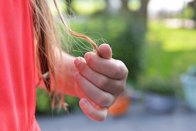 Τριχόπτωση: 5 καθημερινές συνήθειες που πρέπει να αποφύγεις για να προστατεύσεις τα μαλλιά σου