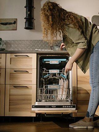 Πλυντήριο πιάτων: Τα 3 βήματα για να καθαρίσουν ακόμα και τα πιο επίμονα υπολείμματα τροφής