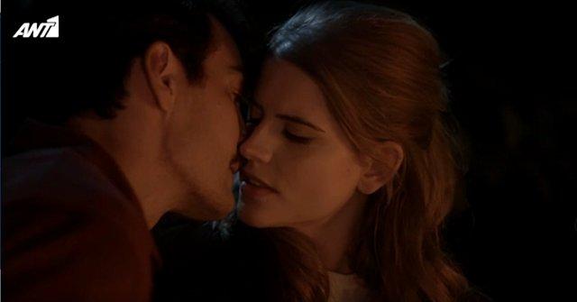 Ο Κωνσταντής και η Δρόσω φιλήθηκαν και η οθόνη πήρε... φωτιά - Το twitter έστησε γλέντι [video]