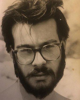Quiz: Αναγνωρίζεις ποιος διάσημος Έλληνας παρουσιαστής είναι ο νεαρός της φωτογραφίας