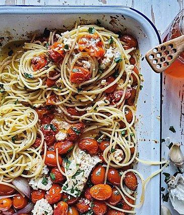 Η viral συνταγή για μακαρονάδα με φέτα και ντομάτα που θα λατρέψεις