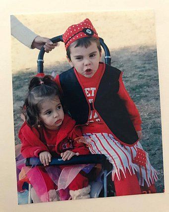 Άγγελος Λάτσιος: Στην παραλία με την αδελφή του, Λάουρα [photo]