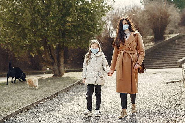 Πώς να κάνεις την υφασμάτινη μάσκα σου πολύ πιο ασφαλή, σύμφωνα με έρευνα