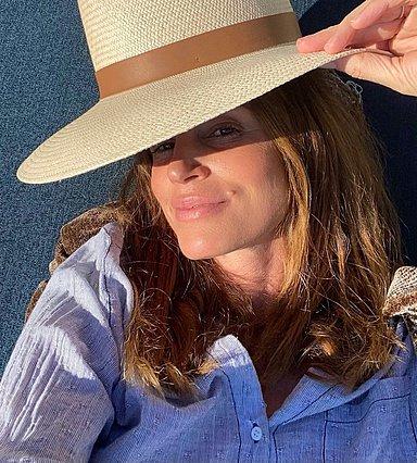 Cindy Crawford: Αποκαλύπτει τα 5 μυστικά περιποίησης που την κρατάνε εντυπωσιακή στα 55 της