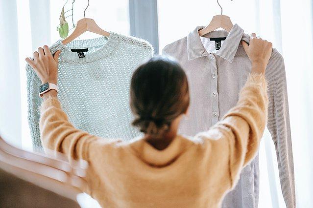 9 συμβουλές για να επιλέξεις ρούχα που θα σε δείχνουν 10 χρόνια νεότερη