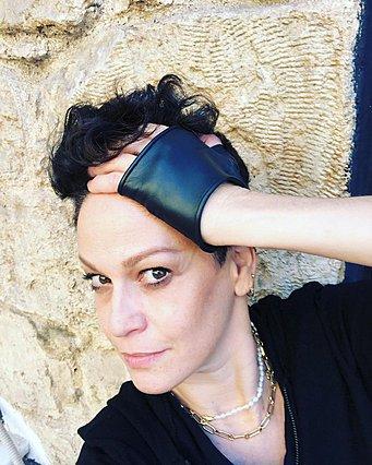 Η Ρέα Τουτουνζή ξύρισε το κεφάλι της -  Όσο πιο κοντά, τόσο πιο καλά , γράφει