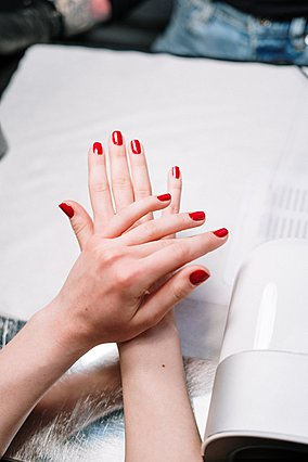 5 καθημερινές συνήθειες που μπορεί να καταστρέφουν τα νύχια σου