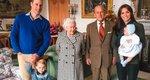 Η βασίλισσα Ελισάβετ και ο πρίγκιπας Φίλιππος με 7 δισέγγονά τους - Μια απίθανη φωτογραφία που δεν είχαμε ξαναδεί
