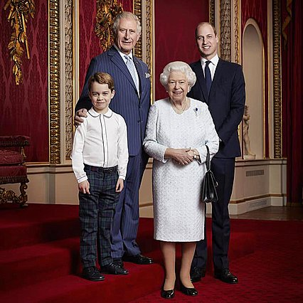 <p>Η βασίλισσα με τον διάδοχο του θρόνου και τους δύο αμέσως επόμενους στη σειρά διαδοχής για τον θρόνο.</p>
