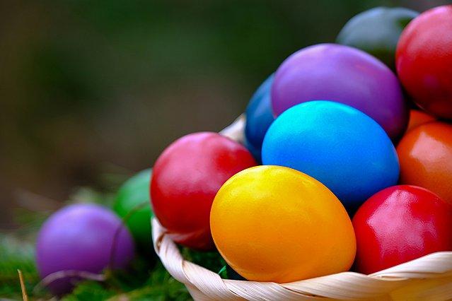 Πασχαλινά αυγά: 7 διαφορετικές τεχνικές και τα μυστικά τους για να διαλέξεις πώς θα τα βάψεις φέτος