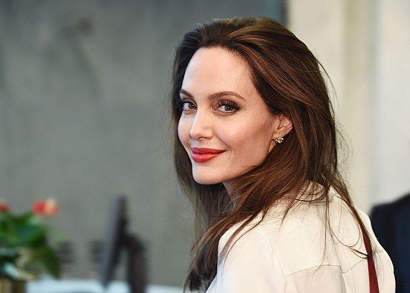Τα μινιμαλιστικά σύνολα της Angelina Jolie στο Παρίσι