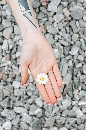 Το δαχτυλίδι σου κόλλησε στο δάχτυλό σου; Αυτοί είναι οι τρόποι για να το βγάλεις