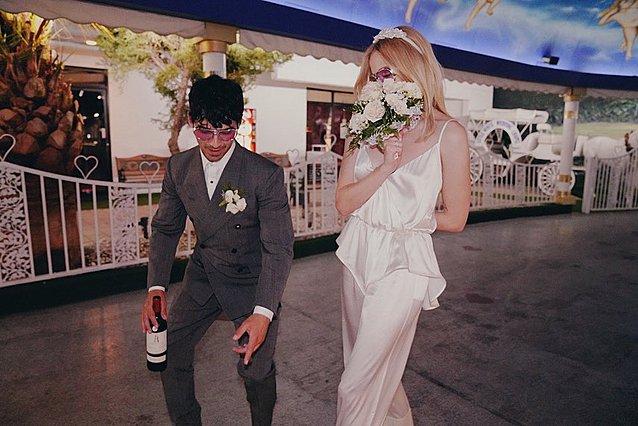 Sophie Turner: Το πρώτο της νυφικό ήταν μια ολόσωμη φόρμα - Οι νέες φωτογραφίες από τον γάμο στο Βέγκας
