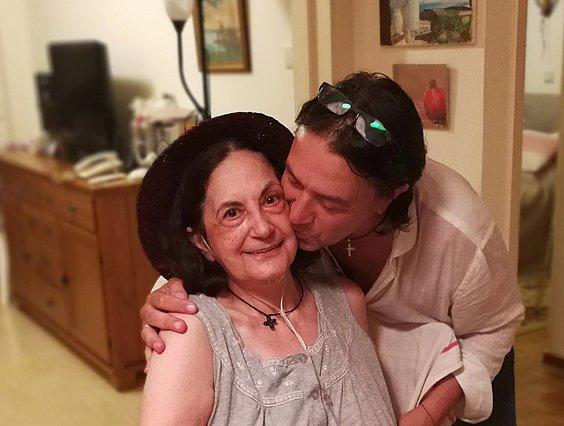 Γιάννης Κότσιρας: Συγκινεί το μήνυμα για τη μητέρα του - Η σπάνια φωτογραφία τους