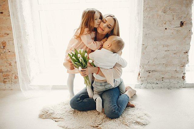 10 Υπέροχες φράσεις για τη γιορτή της μητέρας που εκφράζουν το πόσο σημαντική είναι